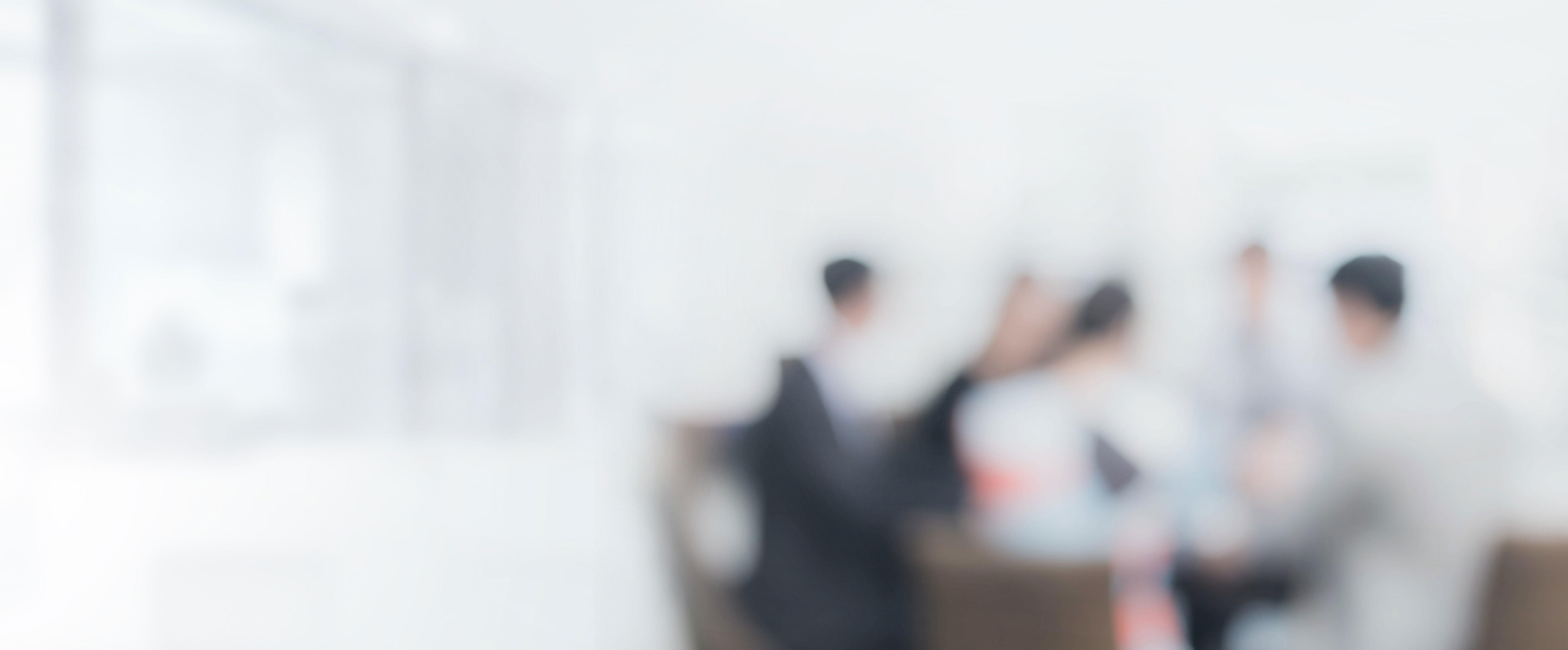 Die Salesforce Partner von Artemis Innovations sitzen gemeinsam am Tisch